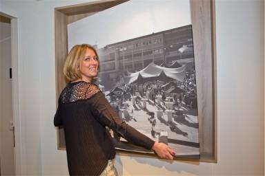 Diana Durinck met een foto van de party aan dek. (foto Johan de Witte)