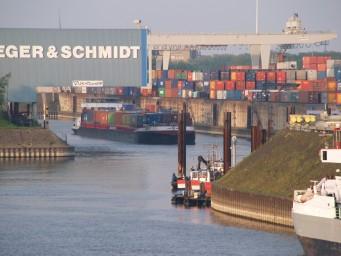 Met name in Duisburg worden veel goederen vanuit de Nederlandse zeehavens over water aangevoerd. (foto duisport)