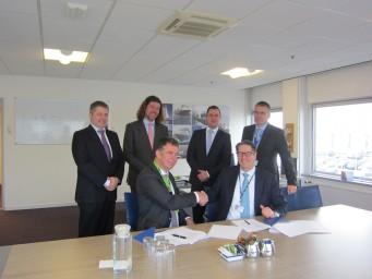 De contractondertekening door Henk Geveke (links), van TNO Defensie & Veiligheid en André Meijer van Imtech Marine.