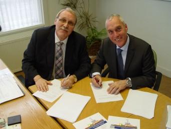 Gert Jan van Wijngaarden en Jos van Woerkum ondertekenden het bouwcontract. (foto Damen Shipyards)