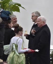 Torstein Hagen praat met een van de doopmoeders.