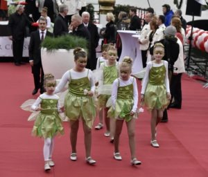Kinderen van medewerkers droegen verkleed als elfjes de scharen voor de doopplechtigheden.