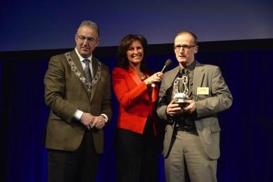 Tom Koster van Cargill kreeg de prijs uit handen van burgemeester Aboutaleb.