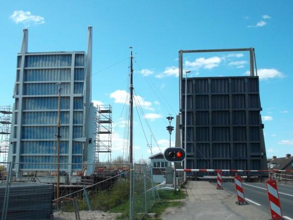 De nieuwe (links) en de oude brug. (foto's Roelof Huls)