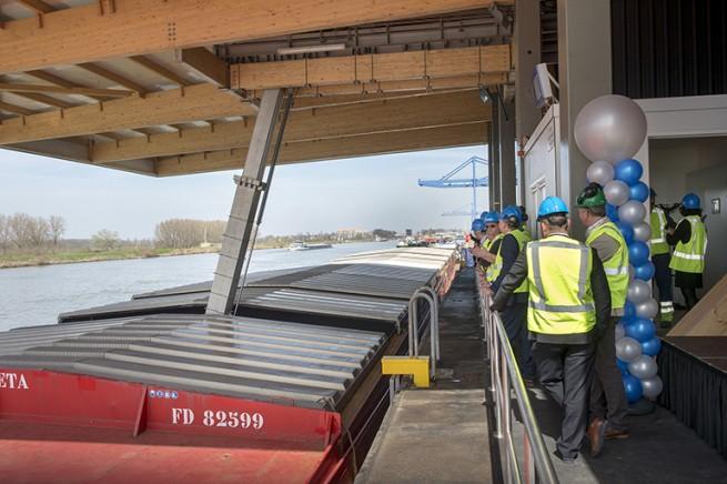 De overkapping steekt maar liefst 16 meter over het kanaal over een breedte van 30 meter. (foto OCI)