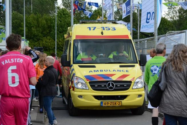 Helaas moest er voor een van de geblesseerden een ambulance komen.