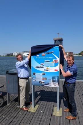 Cees de Baare (links) van Havenbedrijf Amsterdam en Andries de Weerd van BLN-KSV onthulden de borden. (foto BVB)