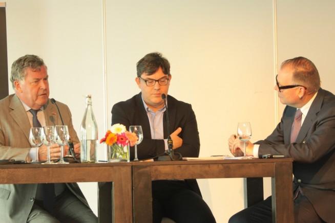 Teun Muller, Albert Veenstra en Bart Kuipers (vlnr) bij de discussie.