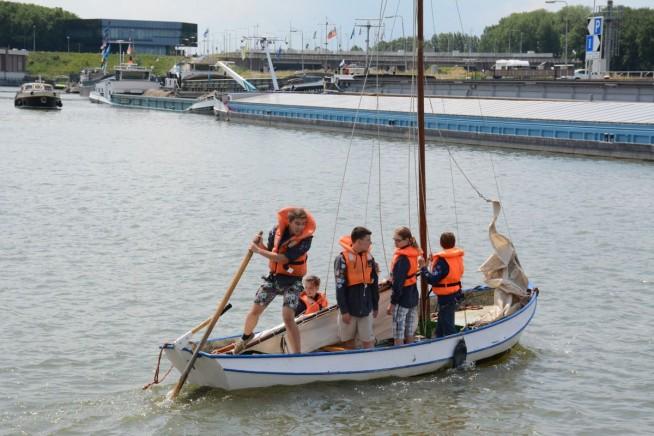 Kinderen konden meevaren met bootjes van Scoutinggroep De Oude Tip .