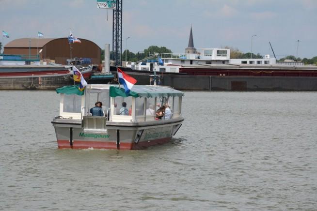 De gloednieuwe rondvaartboot De Gouverneur van Limburg kon meteen aan het werk.