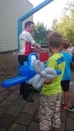 De ballonkunstenaar maakte de mooiste creaties. (foto's de Meerpaal)