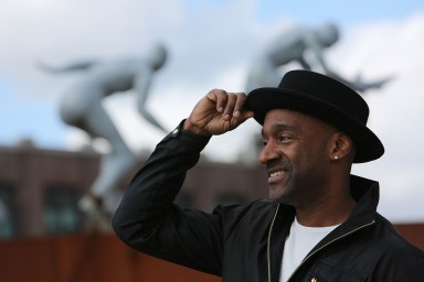 Marcus Miller, met op de achtergrond het slavernijmonument. (foto Steven Chiang/De Binnenvaartkrant)