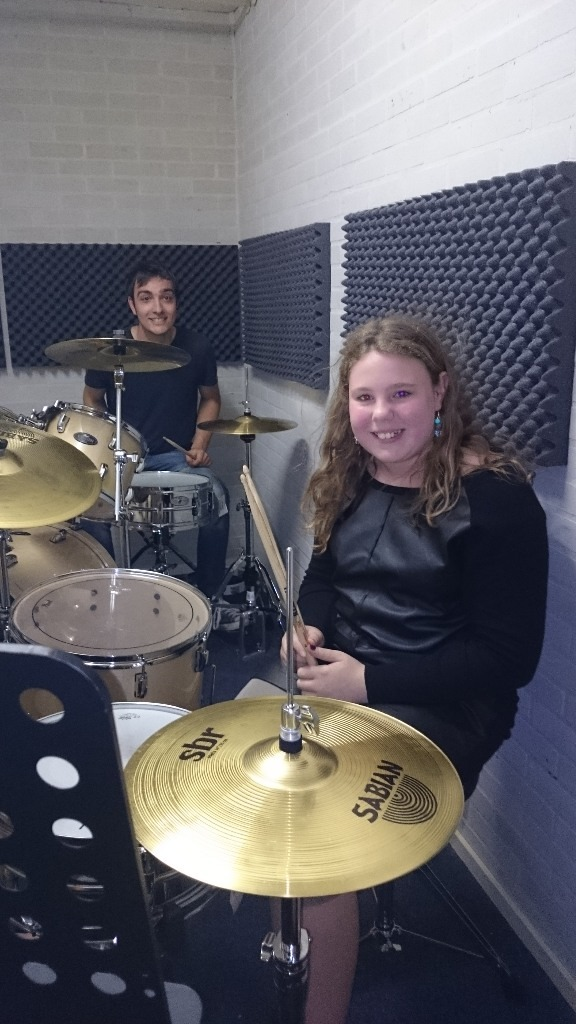 De drumlessen zijn populair. (foto De Meerpaal)