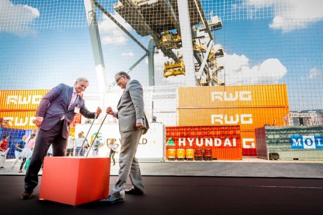 Burgemeester Ahmed Aboutaleb en RWG-directeur Ronald Lugthart verrichtten samen de openingshandeling. (foto's RWG)