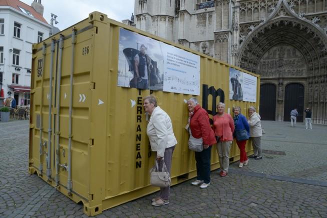 Op de Handschoenmarkt in Antwerpen staat een container die geen goederen bevat, maar muzieknoten. Door de geluidsgaten kunnen voorbijgangers in de sfeer komen van wat hen op de Vlaamse Havendag te wachten staat.