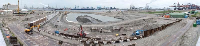 Er wordt druk gewerkt aan de haven. (foto Paul Martens)