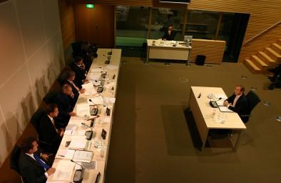 Kees de Vries in misschien wel zijn 'finest hour': als vertegenwoordiger van de volledige sector hield hij in 2004 een foutloos betoog over de relatie binnenvaart-Betuwelijn bij de Commissie Duivesteijn. Zijn missie om de binnenvaart op de kaart te zetten, was daar meer dan geslaagd. (archieffoto MGR)