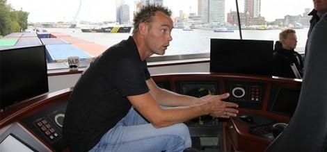 Sebastiaan van der Meer gaf belangstellenden in de stuurhut geraffineerd uitleg over de containerlogistiek.
