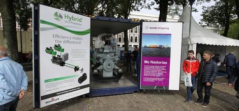 De uitstalling van de motor op de Westerkade tijdens de Wereldhavendagen.