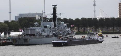 De VT Valburg toonde hoe een schip kan aanleggen naast een ander schip zonder meertouwen.