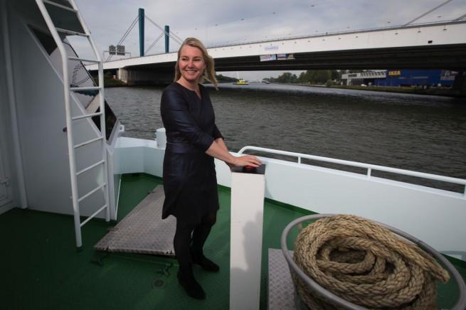 Minister Schultz van Haegen onthulde het bord op de Galecopperbrug vanaf het Amsterdam-Rijnkanaal. (foto RWS)