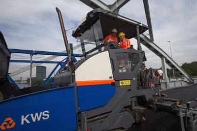 Het aanbrengen van het laatste asfalt op de gerenoveerde Jutphasebrug