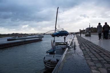 Met het lage water is het nog een hele toer om de auto op de wal te zetten. (foto Manon Bruininga)