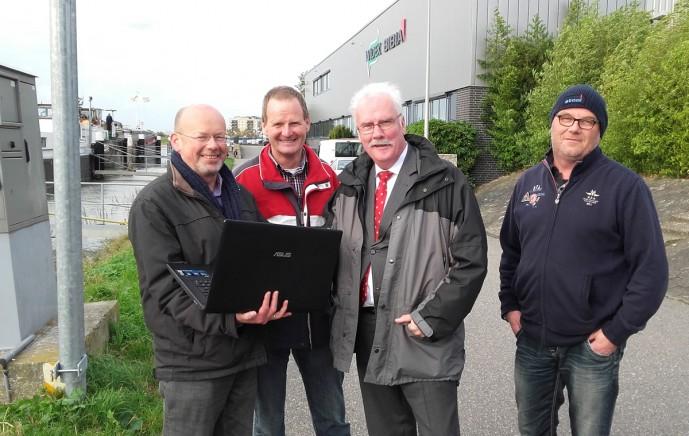 Vlnr: Bert Luijendijk, Nico Stam (voorzitter Koninklijke BLN-SChuttevaer afdeling Ouderkerk), Gerrit Boudesteijn en havenmeester Peter Hazenbroek. (foto Ster van Krimpen)