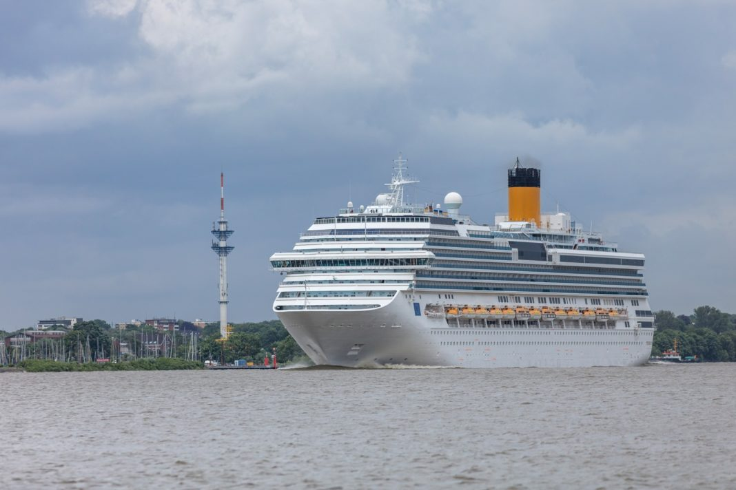 Cruiseschip verlaat haven Hamburg