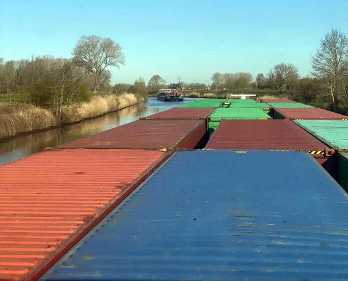 Danser containerschip op Kanaal Gent-Zeebrugge