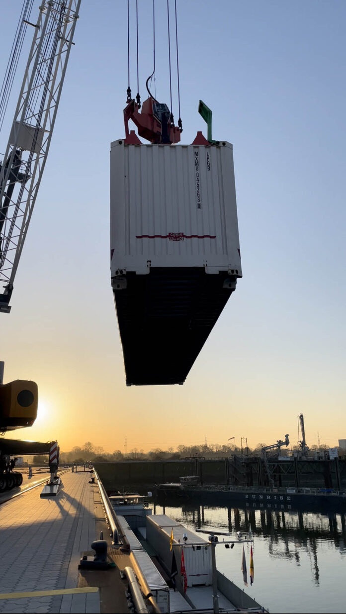 lossen van container in Wesel