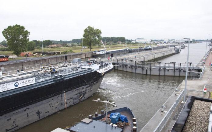 schepen in sluis Evergem
