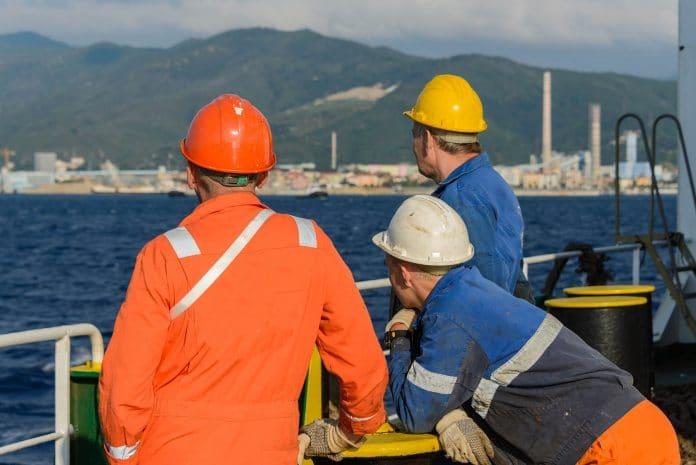 Bemanningsleden van een zeeschip aan dek