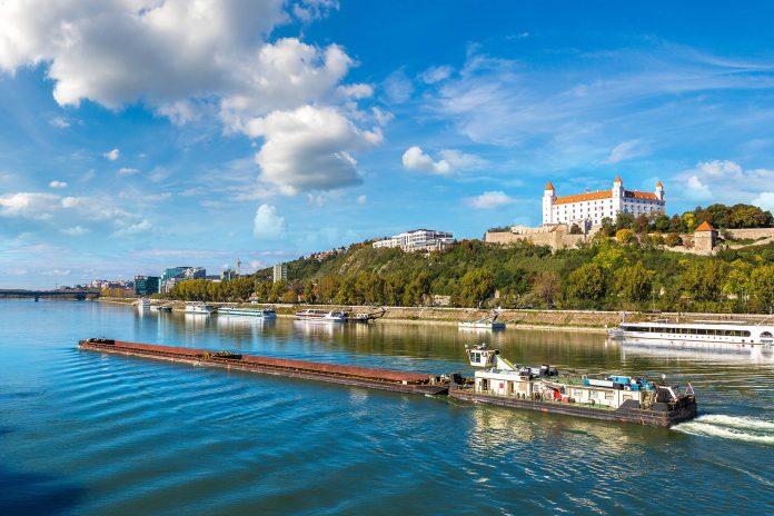 scheepvaart op de Donau bij Bratislava