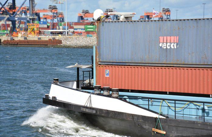 voorschip met containers varend op de Maasvlakte