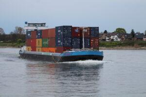 Emilie Deymann met containers