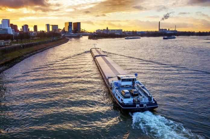 Schip de Rijn bij Düsseldorf