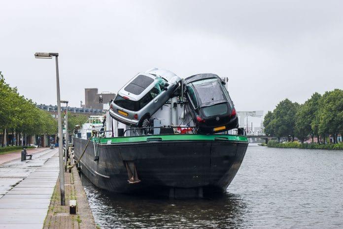 schip met schade na aanvaring brug