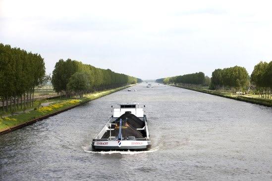 schip varend op een kanaal in Noord-Holland