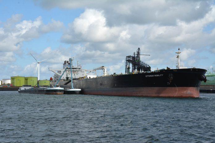 olietanker wordt tijdens lossen gebunkerd in Rotterdam