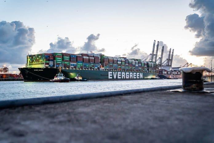 De Ever Given arriveert bij ECT in Rotterdam