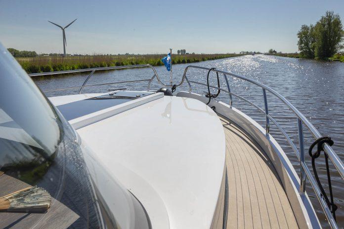 motorjacht op een kanaal
