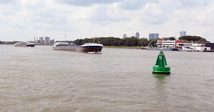 schepen opvarend op de Nieuwe Maas bij Rotterdam